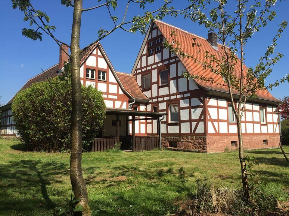 Jivaka Castle Auszeit Garten Lagerfeuer Übernachten Seminarhaus Marburg Kirchhain Burgholz Hessen