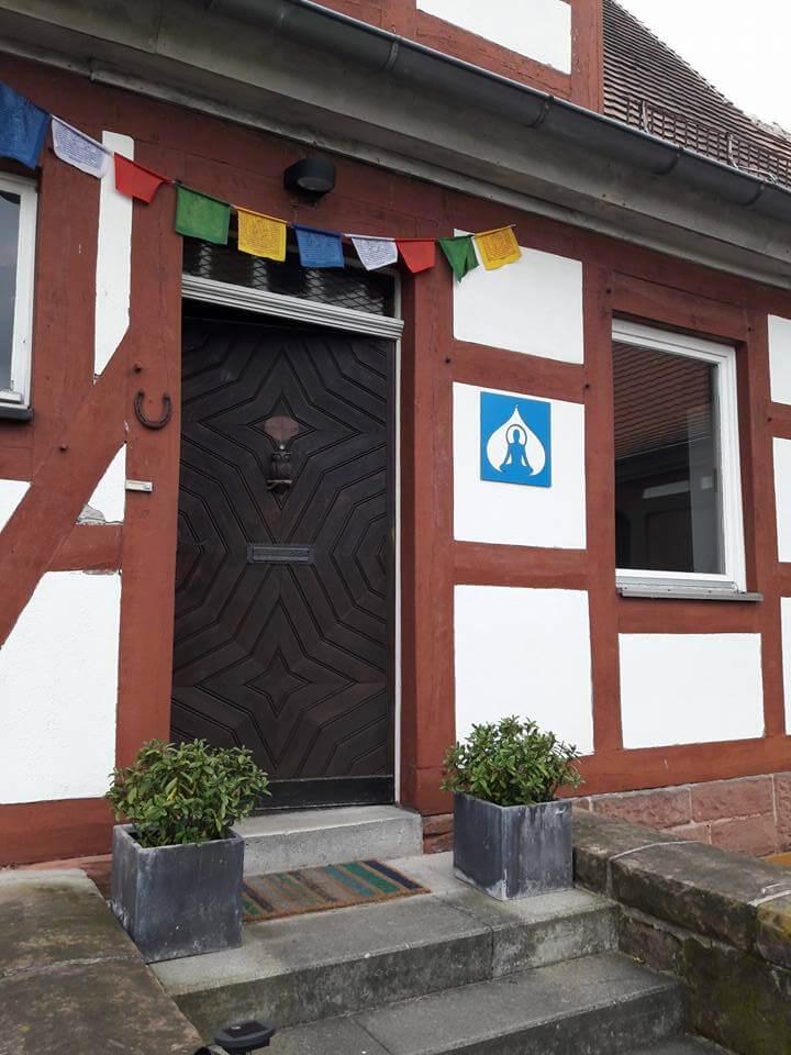 Haus Eingang Fahnen Logo