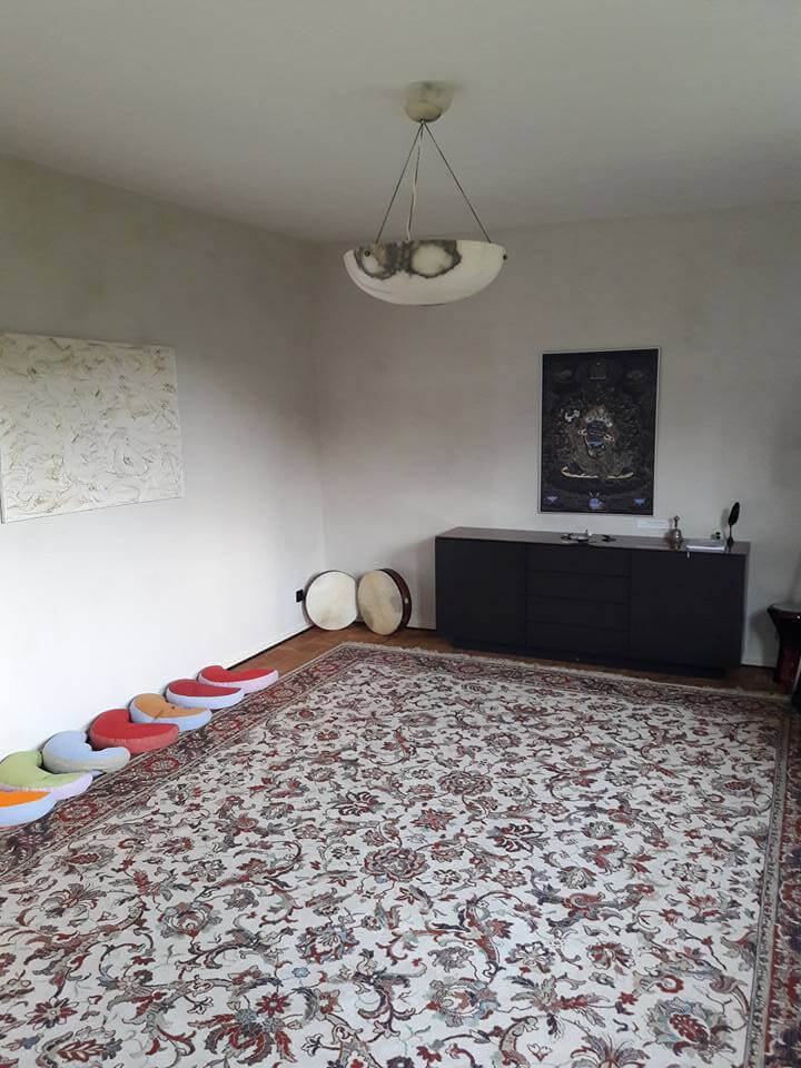 Seminarraum Teppich Kissen Mahakala Sideboard